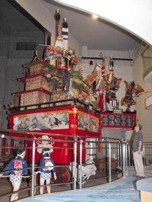 敦賀まつりで引き回される豪華な山車=敦賀市相生町のみなとつるが山車会館で
