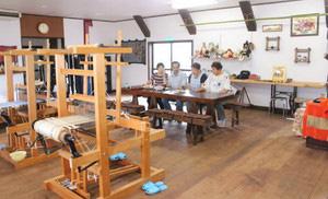 手織り体験ができる織機や手作り品が並ぶ「ひまつぶし」の店内=宝達志水町吉野屋で
