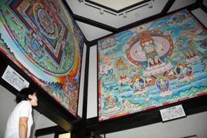 瞑想の館には「十一面千手千眼観音図」(右)や曼荼羅図などが展示されている=富山県南砺市利賀村で