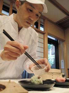 定期観光バスで訪ねると京菓子作りの実演も見学できる=京都市上京区の「京菓子資料館」で