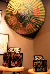 伝統工芸家とコラボした山中漆器の重箱や和傘