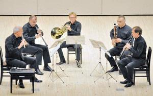 オープニングコンサートで演奏を披露するスローウィンド木管五重奏団のメンバー=越前市文化センターで