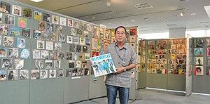 懐かしのレコードを展示する金沢輝美さん=稲沢市の県下水道科学館で