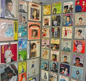 年代別に並んだ邦楽のレコードジャケット=稲沢市の県下水道科学館で
