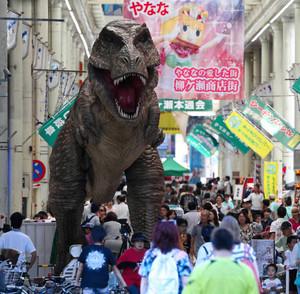 昨年9月に柳ケ瀬商店街に出現したティラノサウルスの巨大ロボット