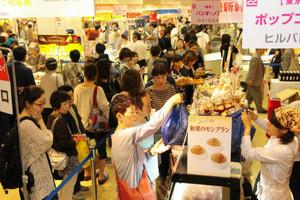 東京都内から出店した人気パン店「シェ・リュイ」に並ぶ買い物客ら=富山市総曲輪で