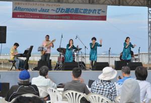 琵琶湖岸に心地よい音色と歌声を響かせたバンド=大津市のなぎさ公園おまつり広場で