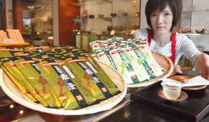 販売解禁となった「極煎茶最澄」と「琵琶湖かぶせ」。右手前は水出しした琵琶湖かぶせ=大津市中央の中川誠盛堂で
