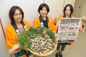 「焼きはまぐりを味わって」と呼び掛ける女性職員=四日市市の楠町商工会で