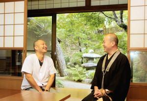 本番の舞台となる部屋で談笑する谷さん(左)と田中さん=高山市愛宕町の大雄寺で