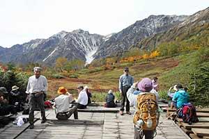白馬大雪渓と紅葉のあでやかな対照が楽しめる栂池自然園=小谷村で