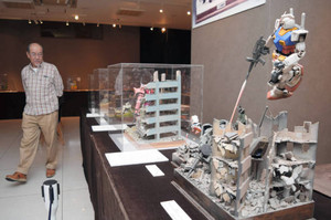 アニメのワンシーンを表現したジオラマ作品を見る来館者=5日、浜松市中区の浜松ジオラマファクトリーで