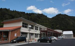 中学校校舎を改装した道の駅。背後には雄大な鈴鹿山脈がそびえる=東近江市蓼畑町で