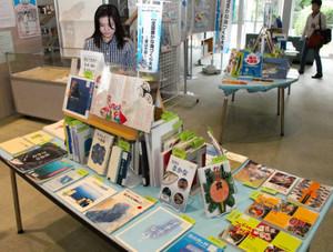全国豊かな海づくり大会に合わせて始まった海に関する本の企画展=県立図書館で