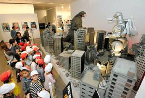 迫力満点のジオラマが来場者を迎える「大ゴジラ特撮展」=金沢市の金沢21世紀美術館で