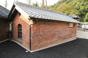 新しくなった「旧敦賀港駅ランプ小屋」=敦賀市金ケ崎町で