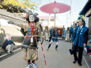 現在の鬼行列の様子=昨年10月、伊賀市内で