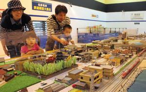 鉄道模型が走行する精緻なジオラマで形作られた街並み=美浜町の南知多おもちゃ王国で