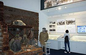 抑留者に関する資料が並ぶ舞鶴引揚記念館