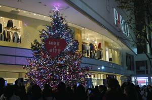 点灯されたクリスマスツリー=松本市中央で