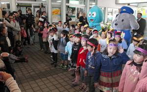 出発式で歌を披露する黒部市さくら幼稚園の園児たち=同市の電鉄黒部駅で