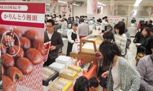 開店直後から多くの人でにぎわったフードフェア=福井市の西武福井店で