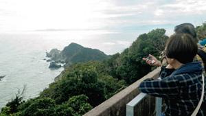 「潮騒」のクライマックスシーンの舞台となった監的哨の屋上から大海原を望む