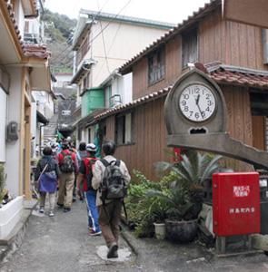 路地裏にある島の時計台。さらに奥には三島が滞在した寺田さん宅がある