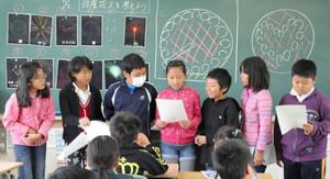 都築弥厚をイメージした花火の案を発表する児童たち=安城市和泉町の丈山小で