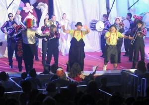 開幕セレモニーでステージに登場したピエロら=本巣市三橋のモレラ岐阜で