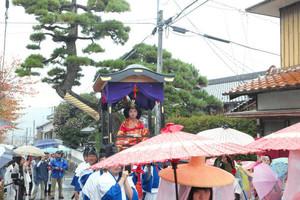 雨の中、街道を行列する参加者たち=中津川市の落合宿で