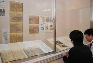 時系列に沿って並べられた鈴鹿関にまつわる資料=亀山市若山町の市歴史博物館で