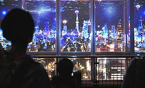 名古屋テレビ塔の展望台からの夜景と融合させたプロジェクションマッピング=名古屋市中区栄で