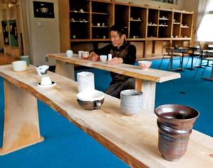 湯飲みの展示作業が続けられている会場=島田市川根町笹間上