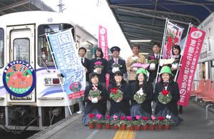 「恵那のシクラメンの学校列車」をPRする生徒ら=恵那市の明知鉄道恵那駅で