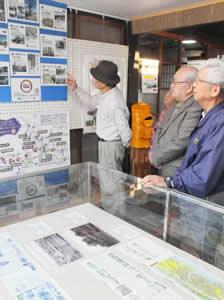 写真や資料であすなろう鉄道の変遷を伝える特別展=四日市市泊町の東海道日永郷土資料館で