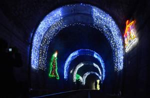 イルミネーションで幻想的な雰囲気に包まれるトンネル内=穴水町乙ケ崎で