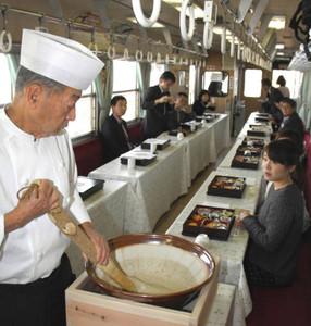 車内でとろろなどを味わえる「じねんじょ列車」=恵那市で