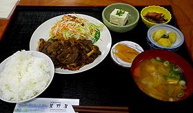 こってりとした味わいのジンギスカン定食=いずれも長野県飯田市で