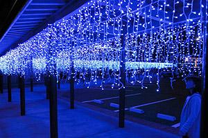 道の駅内の通路を青く照らすイルミネーション=若狭町鳥浜で