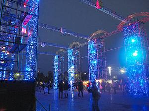 青いイルミネーションが点灯され周辺が幻想的な雰囲気に包まれる会場=名古屋市港区の名古屋港ガーデンふ頭つどいの広場で