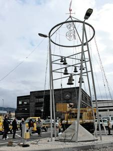 電球が飾り付けられたカリヨンとバランスなどを確認する住民たち=松本市芳野で