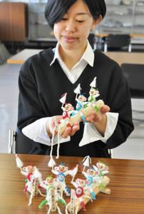 まゆやシルクを使って作る「申のまゆ人形」=岡谷蚕糸博物館で