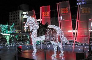 戦国大名の真田幸村をイメージし、赤を基調としたイルミネーション=JR上田駅前で