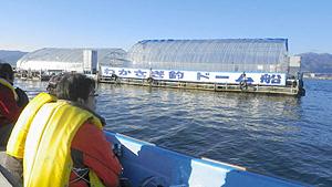 諏訪湖に浮かぶドーム船にはボートで送迎してもらう