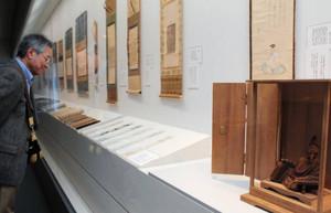 柿本人麻呂の木像(手前)や川喜田家歴代当主の和歌が並ぶ会場=津市垂水の石水博物館で