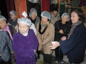 日本酒の製造過程を見学する団体客=輪島市鳳至町で