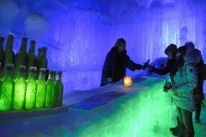 31日までドリンクなどを提供する氷のバー=高山市奥飛騨温泉郷で