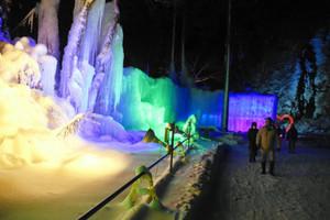 幻想的に照らし出された氷のオブジェとタルマの滝(右奥)=高山市奥飛騨温泉郷で
