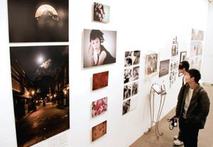 プロの写真家らも出展し、多彩な作品が並ぶ会場=金沢21世紀美術館で